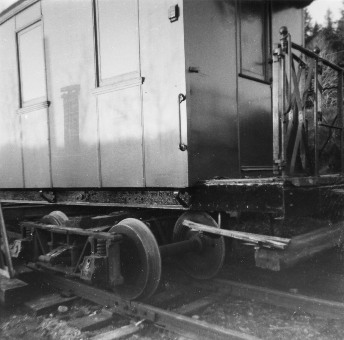 Persovogn BCo 3 ble flyttet fra Sørumsand verksteds område til museumsbanen våren 1965. Her er vognen i ferd med å bli satt på sporet ved Sætra planovergang.