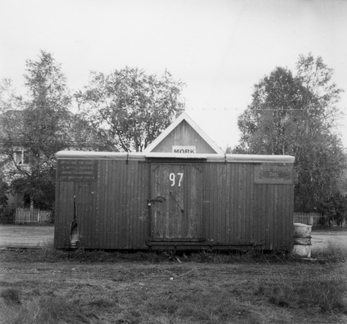Løftekasse 97 ble stående igjen på en skinnestubb ved Mork stasjon etter nedleggelsen og ble brukt som lager.