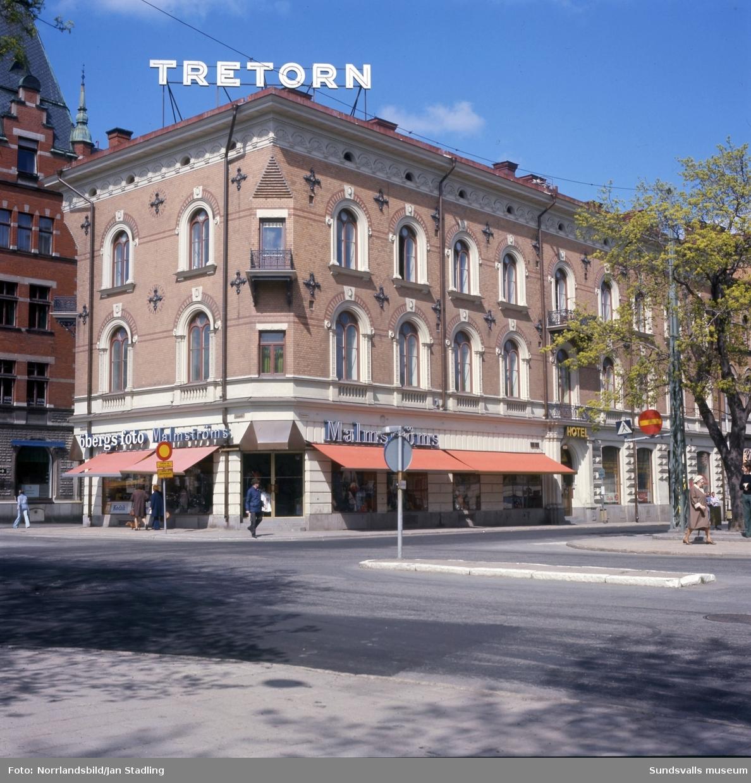 Exteriörbilder på fastigheten vid Esplanaden-Storgatan-Centralgatan. Öbergs Foto, Malmströms klädaffär, hotell.