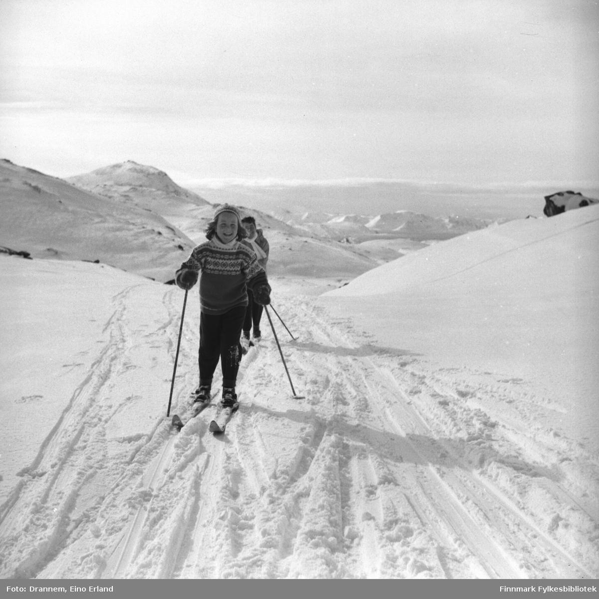 Påsketid. Turid Lillian med sin mor Jenny Drannem på ski i fjellet