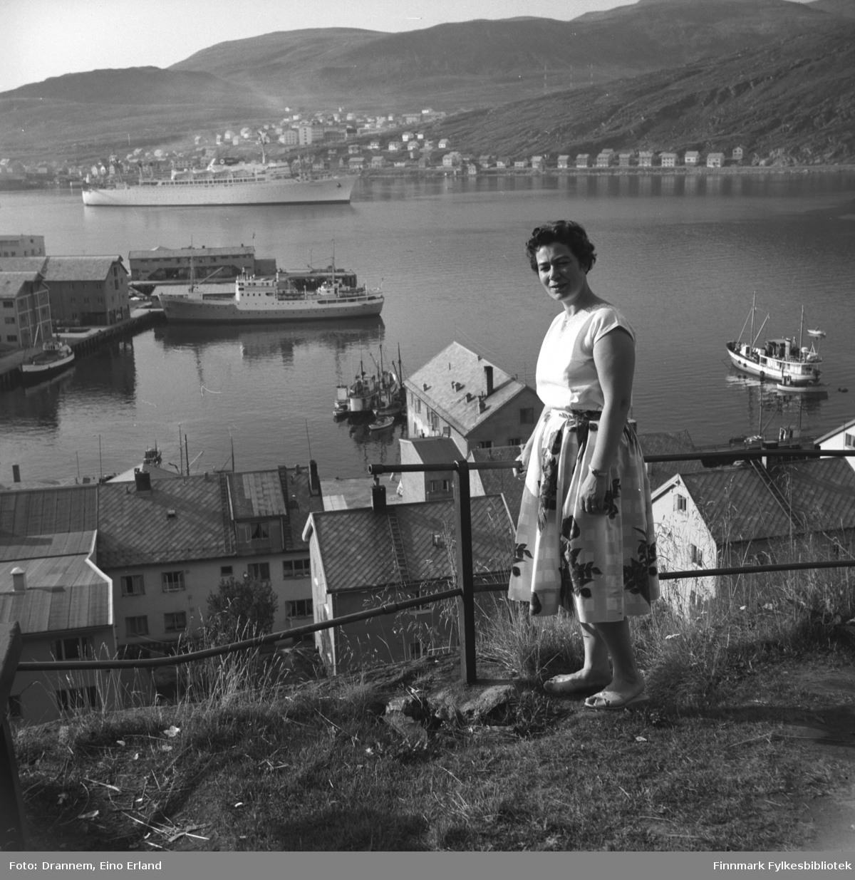 Portrett av Jenny Drannem, i bakgrunnen ser man Hammerfest havn, passasjerskip Argentino nærmer seg havna