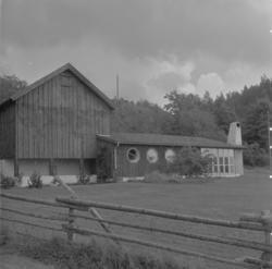Fritidshus som byggts i anslutning till en förrådsbyggnad el