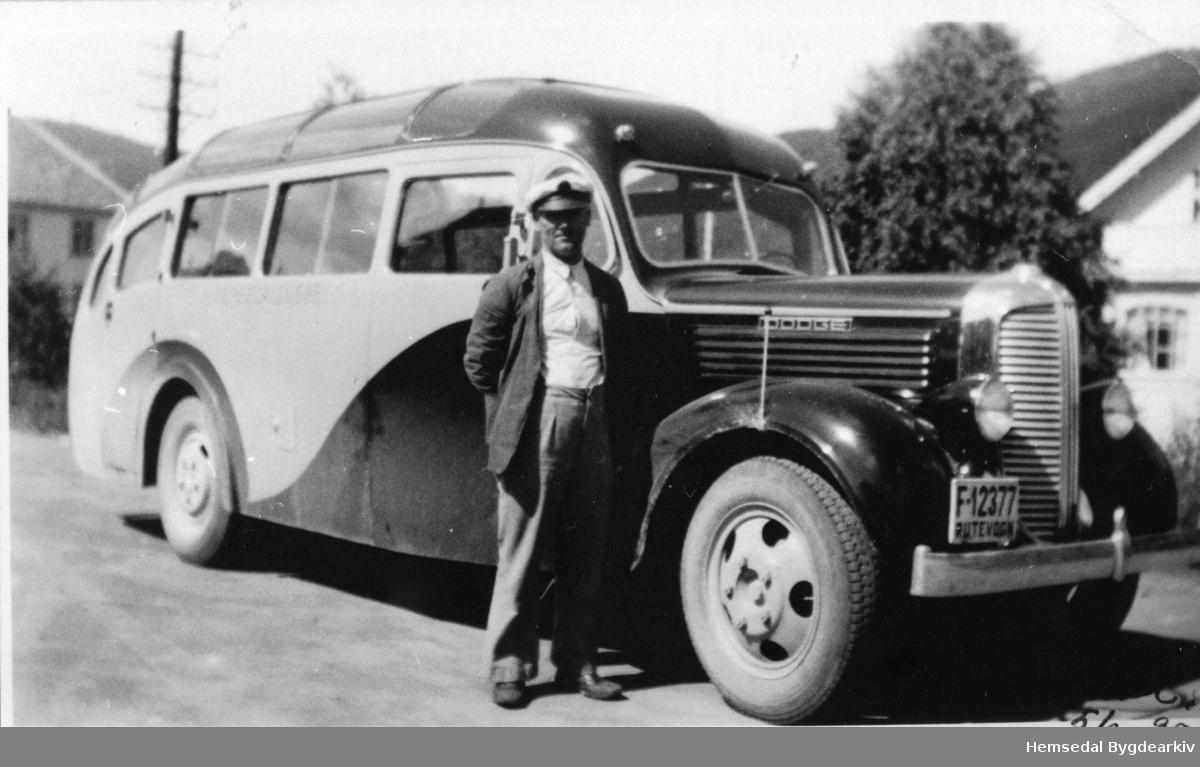 """Ola H. Løken med """"Solskinsbussen"""" på Gol jernbanestasjon i 1939."""