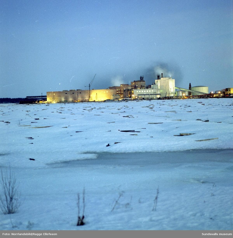 Exteriörbilder av Vivstavarvs sulfitffabrik med Fagerviks bruk bakom.