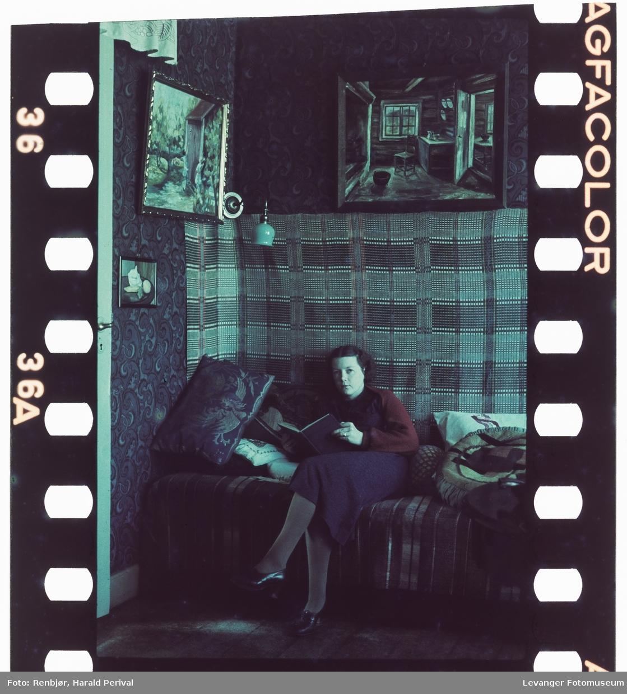 Kvinne i sofaen under åkleet, typisk testbilde.