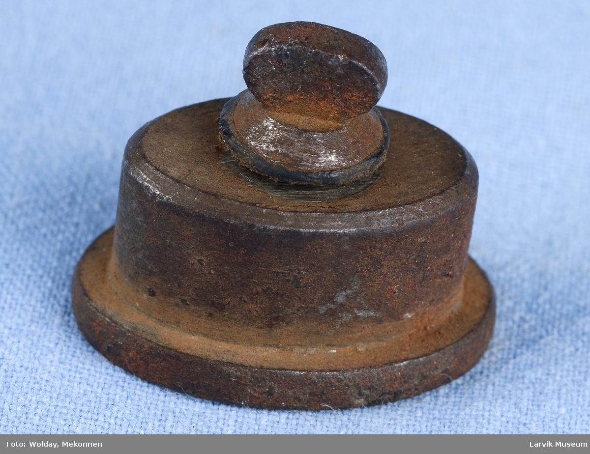 Form: oval,hul med utstikkende bunn,skrue m/ovalt hode