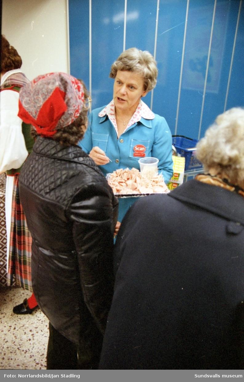 En stor grupp bilder från invigningen av nybyggda ICA Stammen i Söråker. Invigningsceremoni, kunder, personal på de olika avdelningarna i butiken. Sista bilden i serien visar att även den intilliggande konsumbutiken hade gott om besökare denna dag.