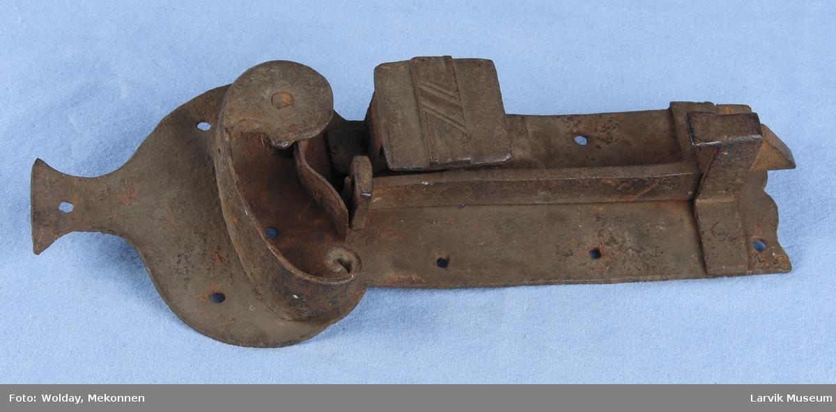 Form: lås til å feste på utsiden av døren