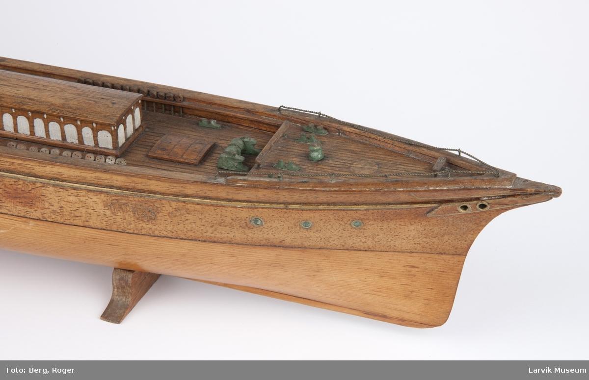 Helmodell av klipperskip uten rigg, i små krabber, passasjer-seilskip.