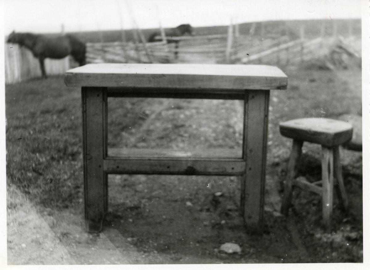 Et bord og en kraklekrakk fra Fauskestølen på Flya i Vestre Slidre i Valdres.