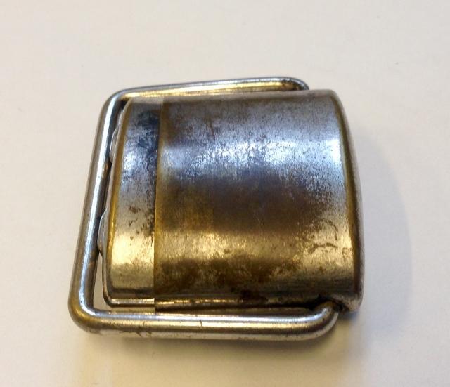 Rund metallbeholder med lukkemekanisme. Selve blekkhuset oppbevare inni beholderen. Beholderen er laget for passe i lensmannens vestlomme, og er beregnet til bruk ute i felt.