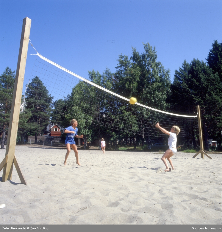 En serie bilder från Tranvikens havsbad på södra Alnö. Bad, sol och strandlek, volleyboll.