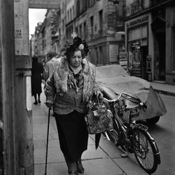 Paris. Kvinna i pälsboa på gata.