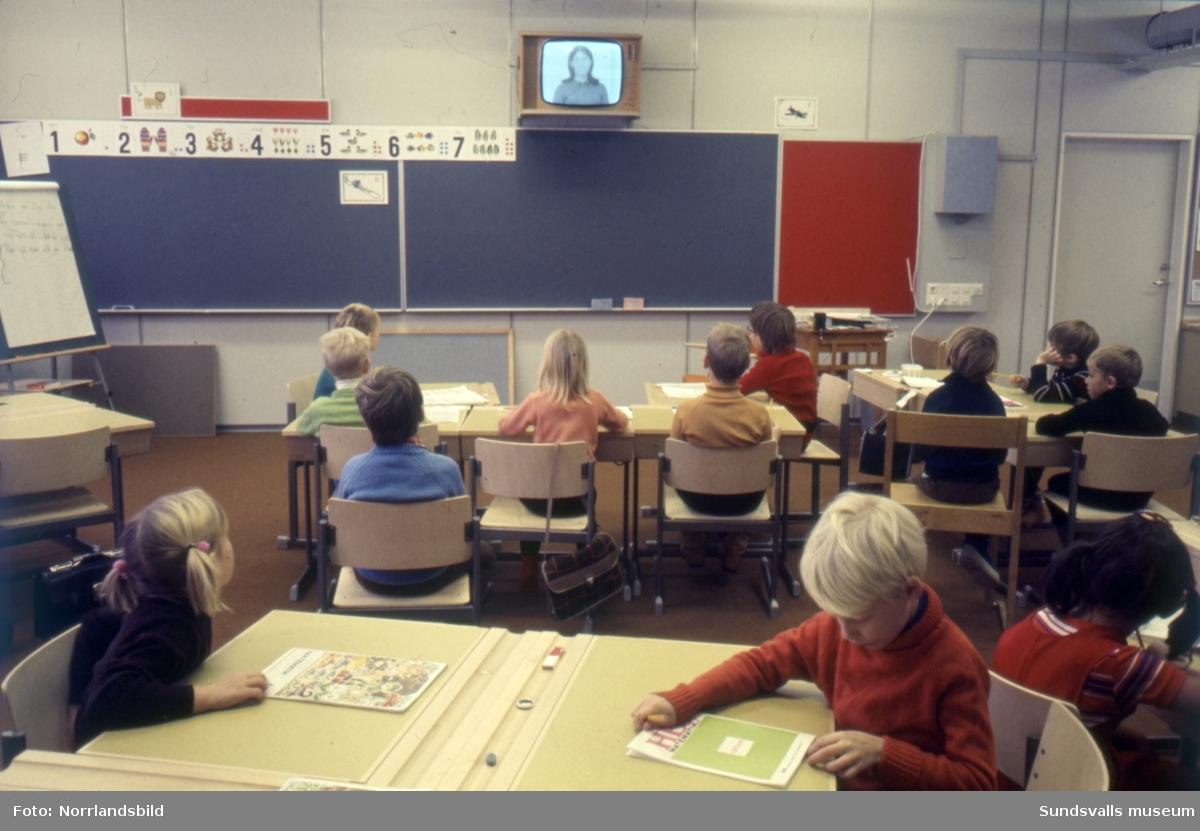 Nacksta skola, interiör från klassrum med skolbarn.
