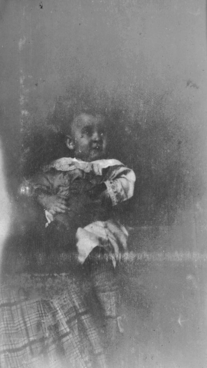 En kvinne holder et spedbarn på fanget sitt. Personene er ukjent.