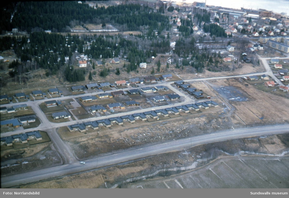 Flygfoton över Ljustadalen, Johannedal med pågående byggen av AMU-center och bostadsområdet i Hillsta. Måndagsvägen, Tisdagsvägen, Onsdagsvägen, Champinjonvägen, Kantarellvägen.