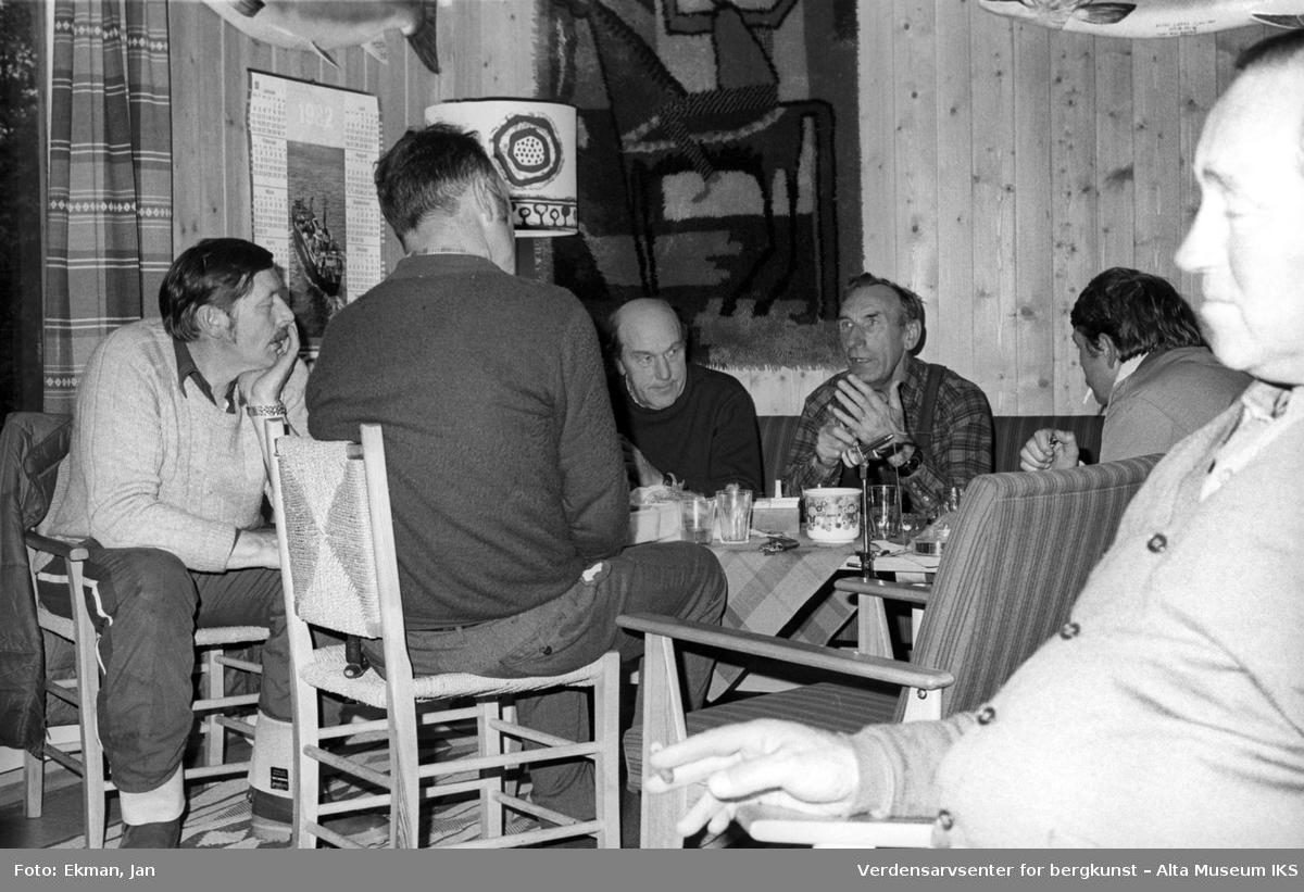 Hytteinteriør med personer. Fotografert 1982. Fotoserie: Laksefiske i Altaelva i perioden 1970-1988 (av Jan Ekman).