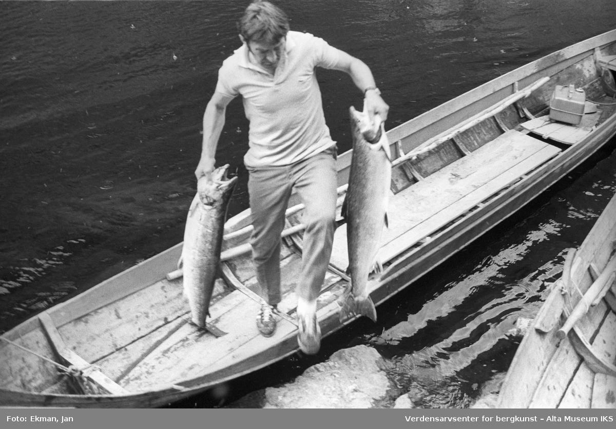 Elvebåt i landskap. Fotografert mellom 1978 og 1979. Fotoserie: Laksefiske i Altaelva i perioden 1970-1988 (av Jan Ekman).