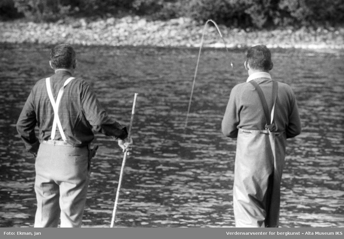 Landskap med personer. Fotografert 1976. Fotoserie: Laksefiske i Altaelva i perioden 1970-1988 (av Jan Ekman).