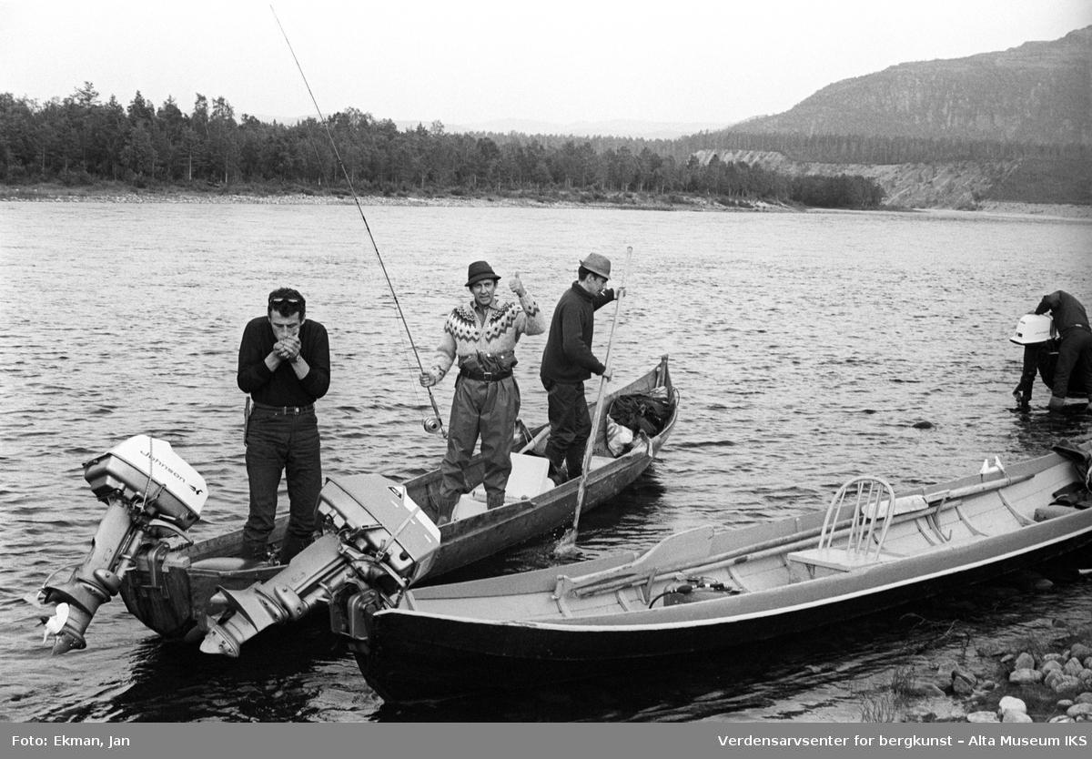 Landskap med personer. Fotografert 1970. Fotoserie: Laksefiske i Altaelva i perioden 1970-1988 (av Jan Ekman).