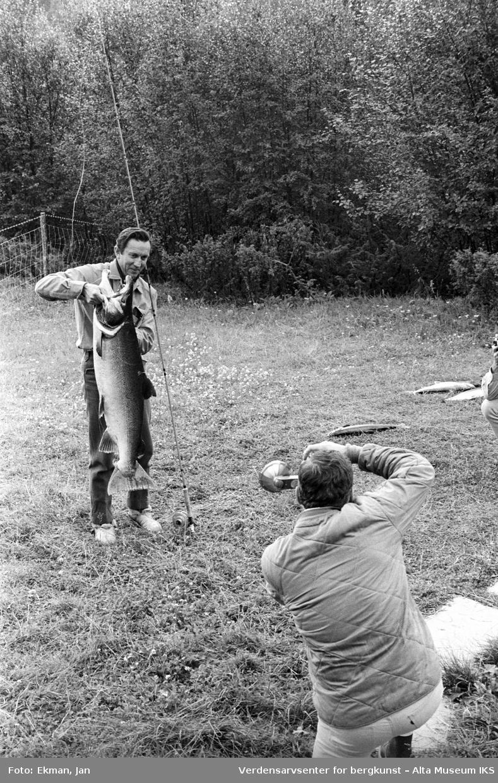 Fangst med personer. Fotografert 1970. Fotoserie: Laksefiske i Altaelva i perioden 1970-1988 (av Jan Ekman).