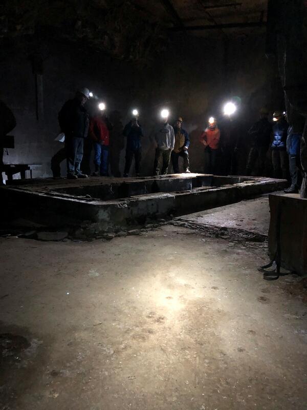 Guide snakker til publikum i heisrommet i Gottes Hulfe in der noth-gruve (Foto/Photo)