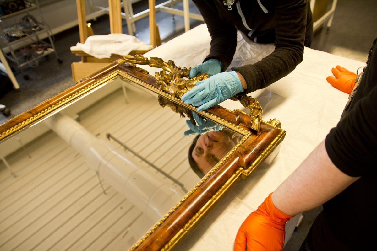 Forsterking av ornament på toppen av eit speil (Foto/Photo)