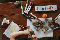 Barn som leker med steiner og tusjer (Foto/Photo)