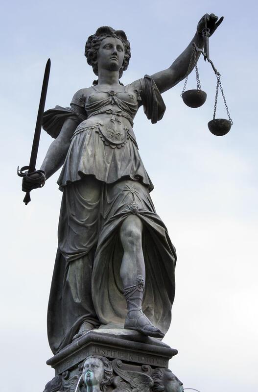 Fru Justitia på «Rettferdighetsbrønnen» fra 1611, Frankfurt am Main. (Foto: Roland Meinecke, Wikipedia Commons) (Foto/Photo)