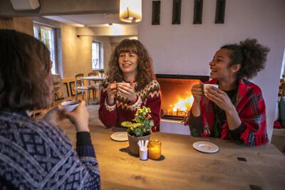 Tre damer drikker kaffe i Kafé Arkadia. Foto/Photo