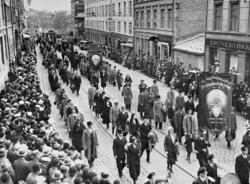 1. mai i Oslo, 1933. Demonstrasjonstoget på vei oppover Thv.