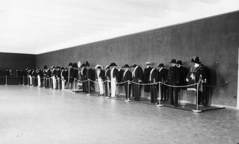 Utstilling av uniformer fra hoff, embedsverk og borgervæbning i det 19. århundrede. 1935. (Foto/Photo)
