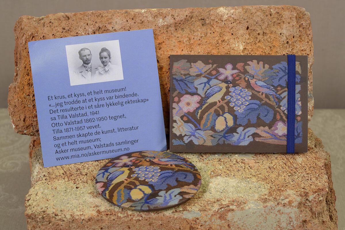 Praktisk størrelse til vesken. Lommespeil (7,5 cm) kr. 85,- og skrivebok (10,5x7,5 cm) kr. 85,-  Motiv etter Tilla og Otto Valstads vakre puter. (Foto/Photo)