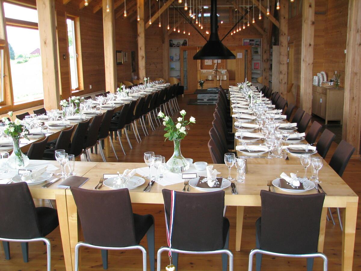 interiør med pådekka langbord (Foto/Photo)