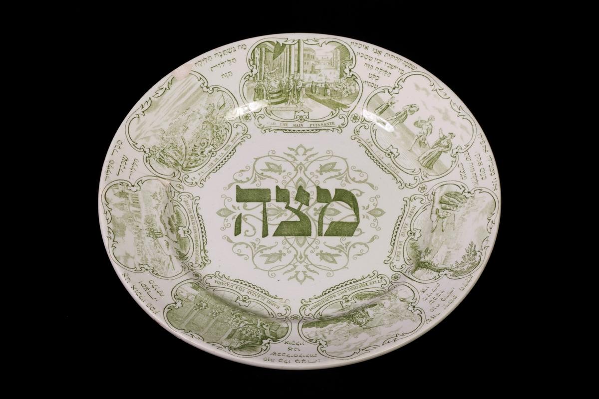 Tre stycken likadana tallrikar, tillverkade av stengods. Grön dekor över hela tallriken, föreställande tåget ur Egypten. Hebreiskt ord stort över spegeln, som översätts till Matza. Runt kanten beskrivs bilderna på både franska och hebreiska.
