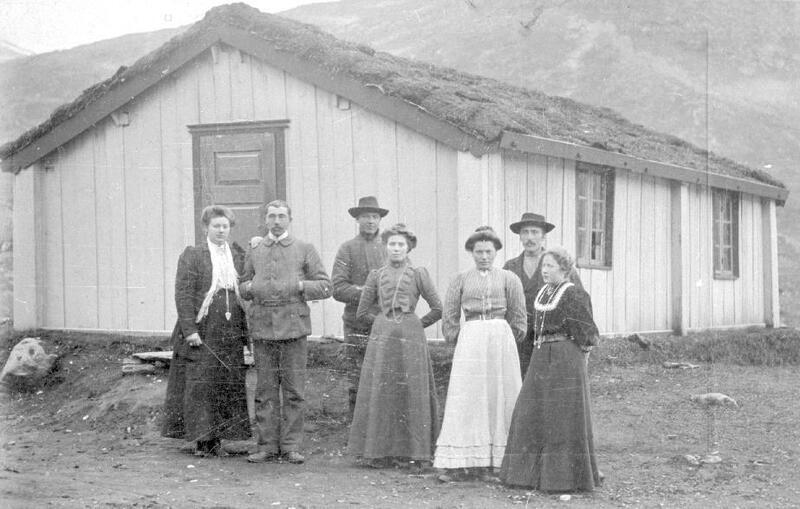 Vinjebua ved Eidsbugarden, Vang, Valdres, ca. 1910.  Foto: Jens Embretsen Robøle/Valdres Folkemuseum. (Foto/Photo)