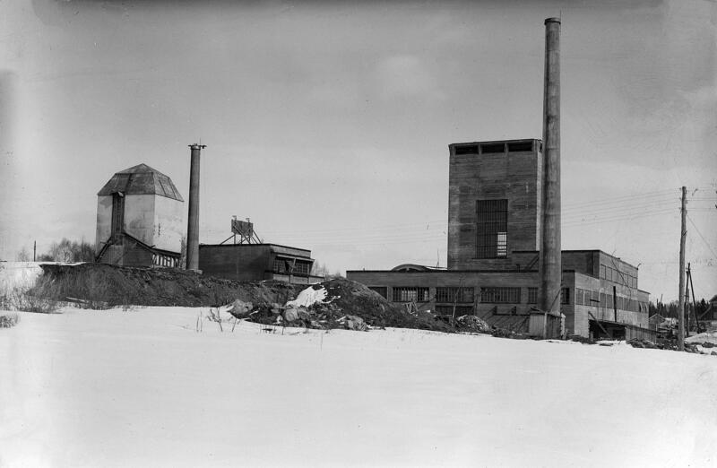 Vinmonopolets rektifikasjonsanlegg på Martodden i Hamar: bare betongskallet av bygningen og den høye pipa er ferdig. (Foto/Photo)