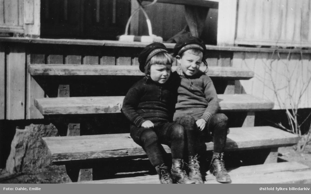 """Gunnar og Kåre Dahle på Lande i Tune, starten av 1920-tallet. Brødre og gode venner.  """"Vår Gunnar og Kåre"""" tittel på albumblad. Tekst på matroslue: Norske...."""