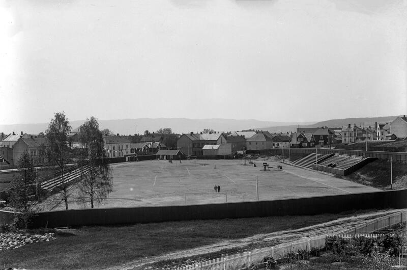 Svart-hvitt foto av Hamar stadion med gressbane i midten og løpebane rundt, tatt i 1937. (Foto/Photo)
