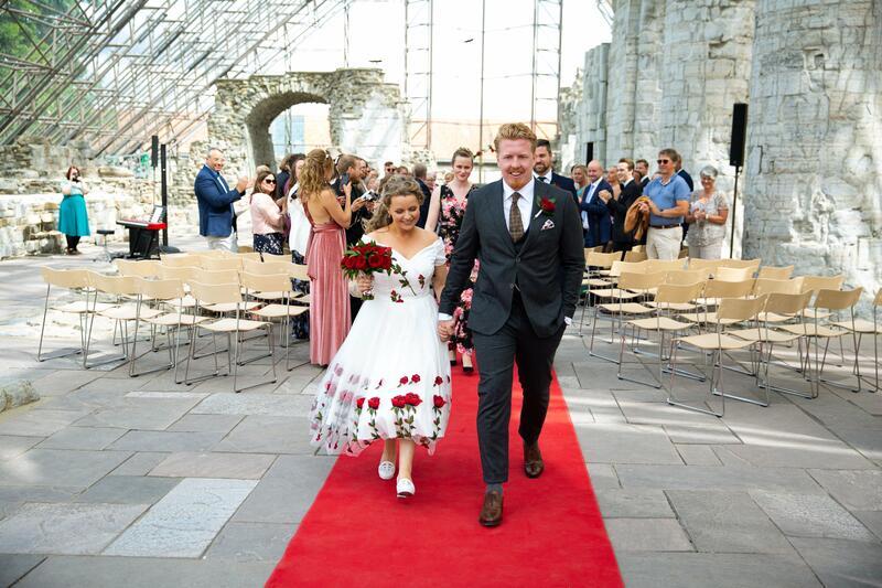 Lykkelige nygifte går ned midtgangen i Hamardomen. (Foto/Photo)
