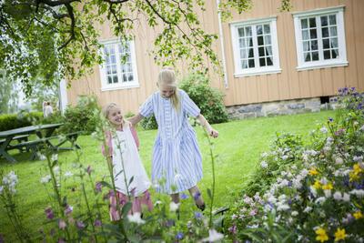 Jenter i hagen, Tuva og Amanda Bauer Malerstuen. Foto/Photo