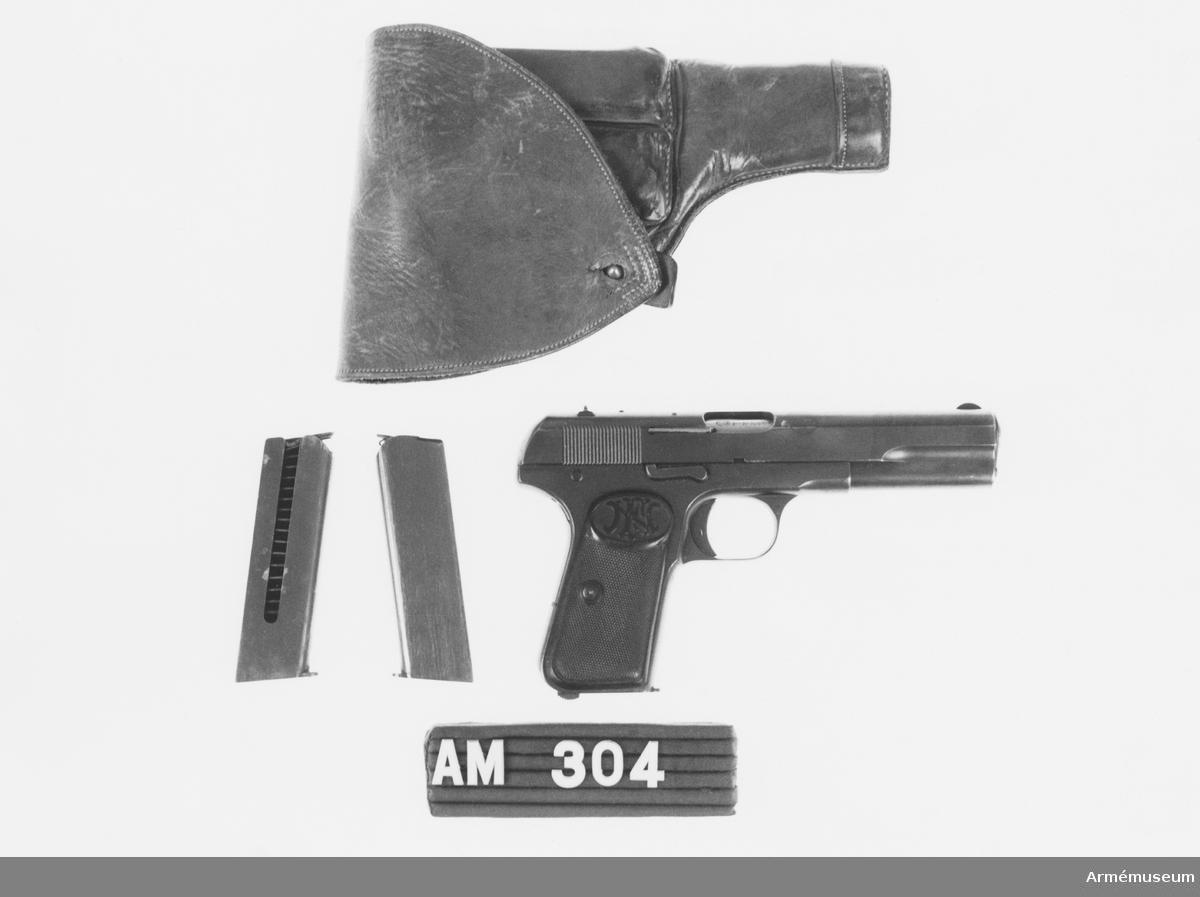 Fodral och två magasin till pistol m/1907 system Browning. Pistolfodralet något malätet.