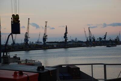 Konteinerhavn og kraner. Foto/Photo