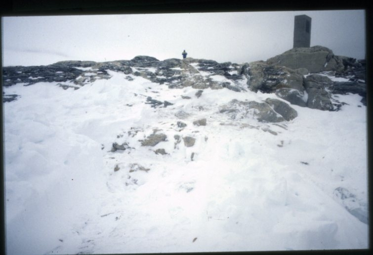 Arbete med att i snö gräva fram Andréelägret på Vitön.
