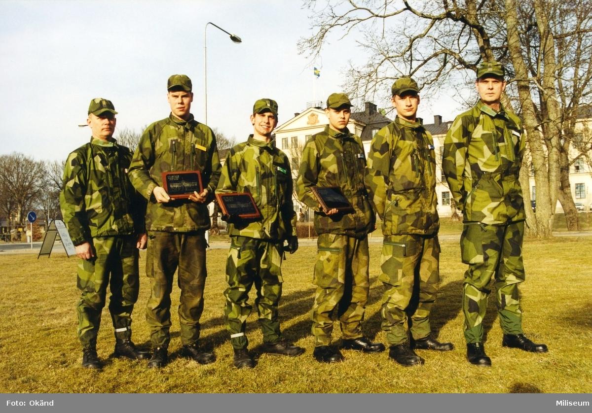 """Värnpliktiga soldater som har fått pris för """"Bäste kamrat"""". Först till vänster överstelöjtnant Tommy Karlsson, Ing 2 och sist till höger Bengt Axelsson, chef Ing 2. Ing 2 Kasern i bakgrunden."""
