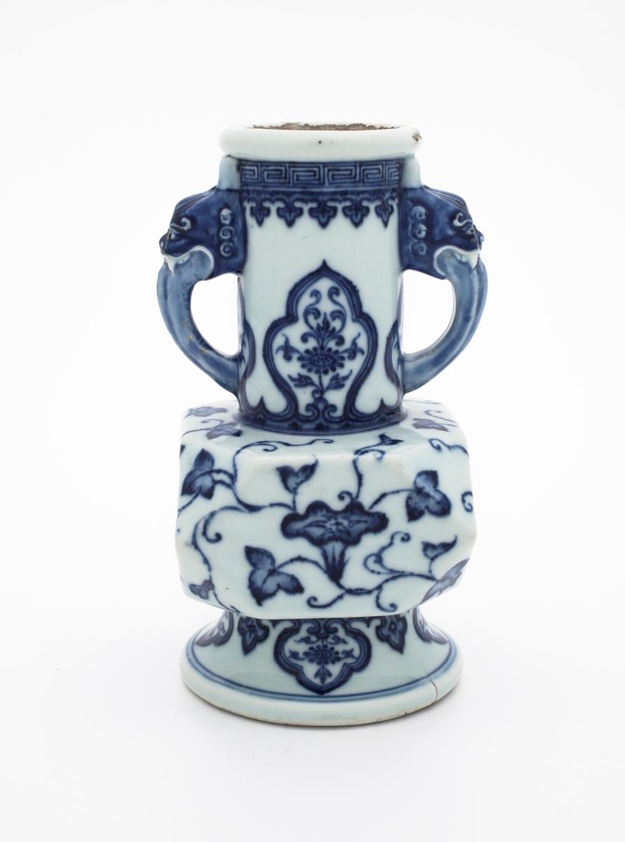 Vasen er dekorert med ranker av Ipomoea og bladlignende paneler med krysantemer. Rundt muningen finner vi en løv- og meanderbord. Håntakene på vasen er utformet som dyrehoder.