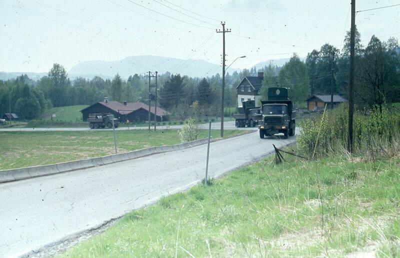Transporten har nå passert Bærums Verk og er på vei innover i Lommedalen.  Foto: Olaf Wiegels. (Foto/Photo)