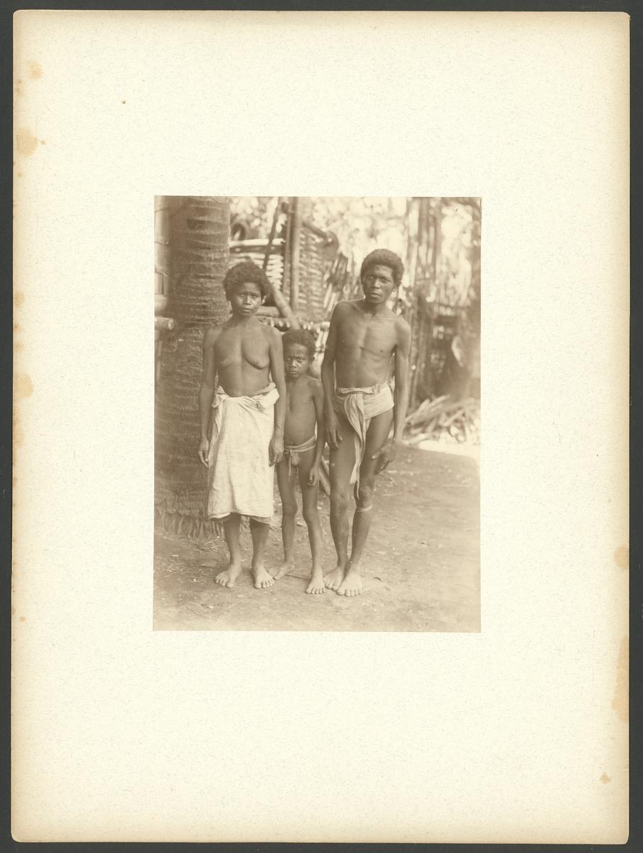 Bilden visar en familj från en grupp av Filipinernas urbefolkning så kallade negritos.