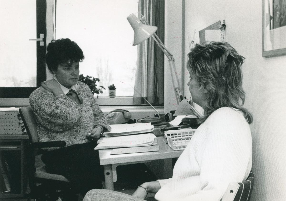 To medarbeidere ved Oslo politikammers administrasjonsavdeling.