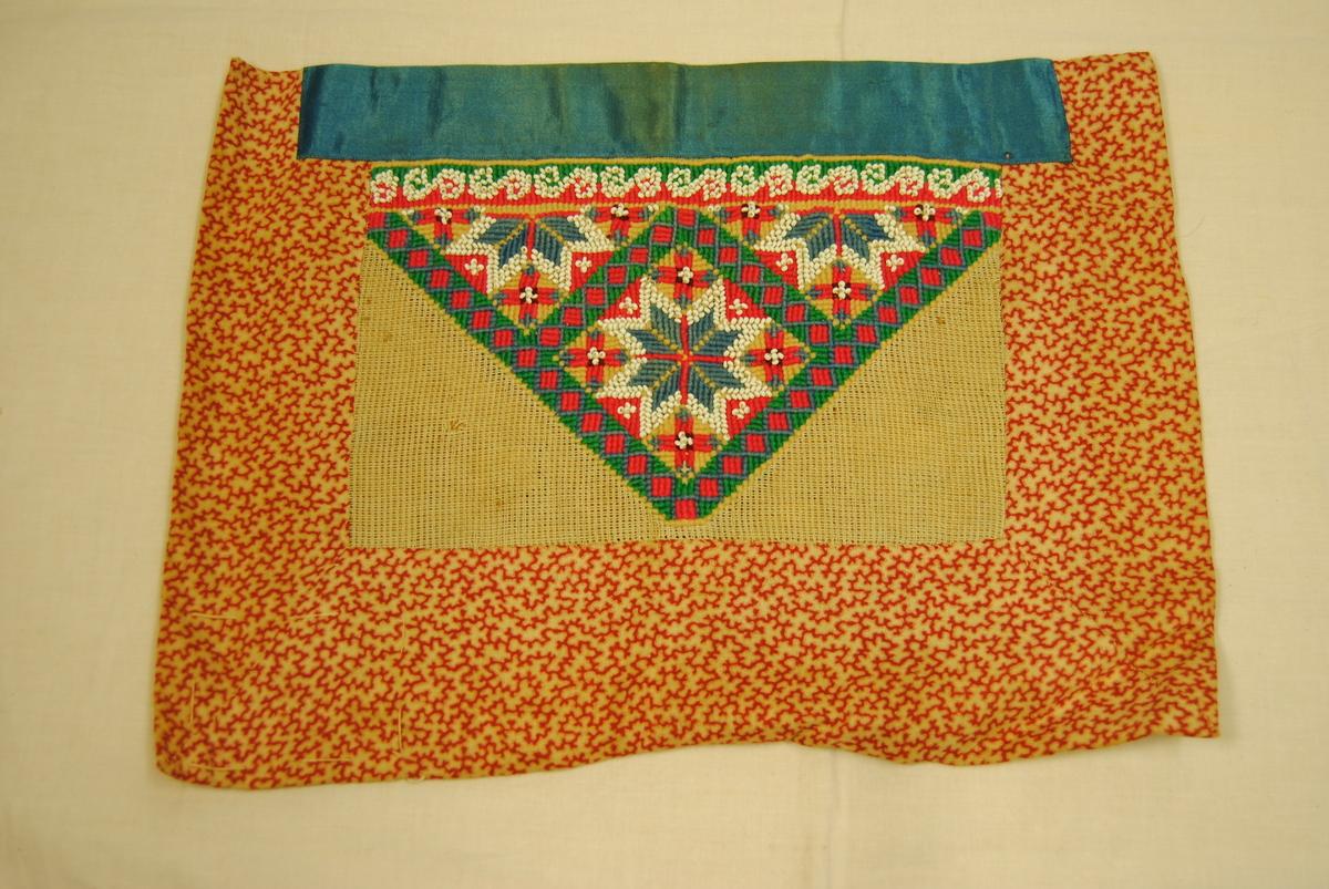 Rektangulær, sydd sammen av flere stykker. Brodert med perler og ulltråd.